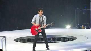 Download lagu The Jonas Brothers - Sweet Caroline live at the BoK Center in Tulsa OK MP3