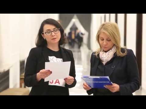 Kamila Gasiuk-Pihowicz i Barbara Dolniak odczytują list do sędziów RP