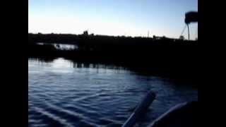 Рыбалка кастинговой сетью с резиновой лодки(Рыбалка кастинговой сетью с резиновой лодки. Заброс и улов., 2012-09-28T10:39:51.000Z)