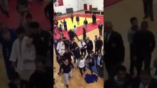 – بالفيديو..  تشابك بالايدي والعصي في بطولة للجودو بالكويت