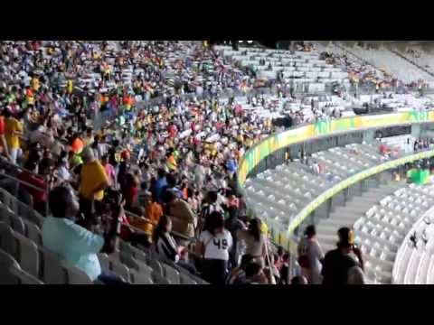 Torcedores esperam pelo início do jogo entre Taiti e Nigéria no Mineirão - 17/06/2013