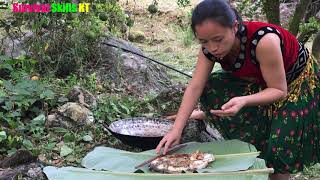 Survival Skills : Primitive life - Forest people meet girl cooking fish in wild forest