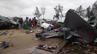 VIDEO Lốc xoáy đánh sập Cửa Lò, mái nhà rách toác vo thành đống