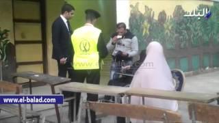 بالفيديو.. قاض يغادر لجنته لتمكين سيدة بكرسى متحرك من التصويت بروض الفرج