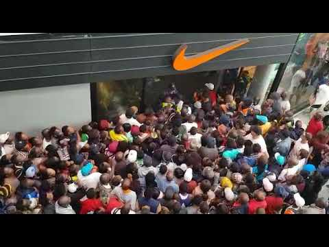 otro Extra Calor  Black Friday in South Africa, stampede Nike store East Rand Mall - YouTube