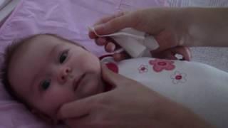 видео Как почистить нос новорожденному аспиратором? Соплеотсос для грудничков