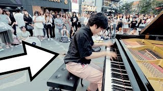 男子学生が超高速でストリートピアノを弾いたら、女性たちのノリノリ撮影会始まった..