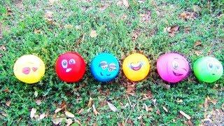 Дети играют с веселыми мячами