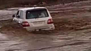 Land Cruiser 100, Крузак через воду. Арабы!(, 2015-06-08T09:07:41.000Z)