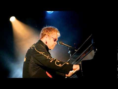 elton john im still standing слушать. Sir Elton John - Im Still Standing (Solo Live 2008) - послушать онлайн и скачать mp3 на максимальной скорости