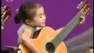 5 thieu nhi Trieu tien choi guitar.mp4