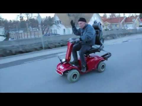 Opa mit getuntem Rollstuhl