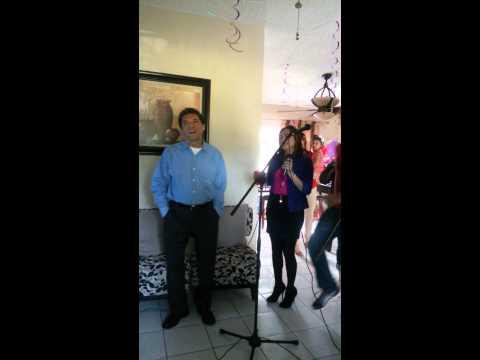 cantando karaoke