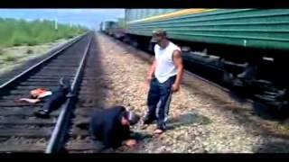 Бригадир избивает рабочи-алкоголиков из своей бригады
