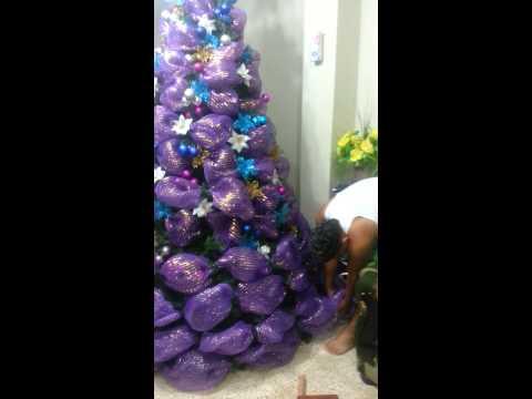 Varias ideas para decorar arbol de navidad con mallas y doovi - Como decorar un arbol de navidad ...