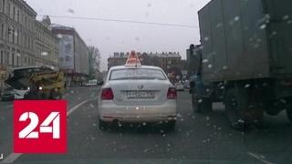 Взбесившийся мини-погрузчик станцевал у Мариинки в Петербурге. Видео