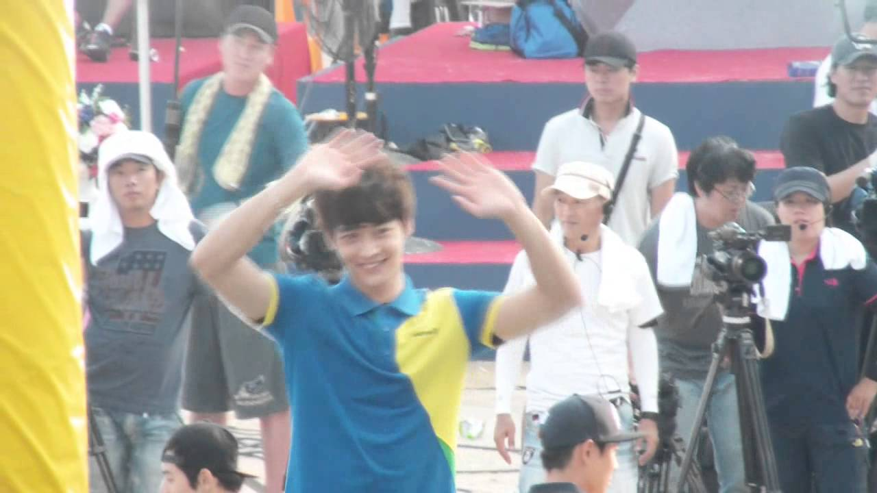 Download 130828 Minho greeted fans by waving his hands (Dreamteam)
