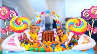 Las ratitas en parque inflable con bolas de colores playing park inflatable ball colors