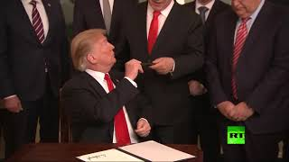 بالفيديو... ترامب يسلم نتنياهو الجولان السوري وقلمه