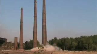 Cama -14.07.2007 - Wyburzenie 100 m ceglanego komina w Krakowie