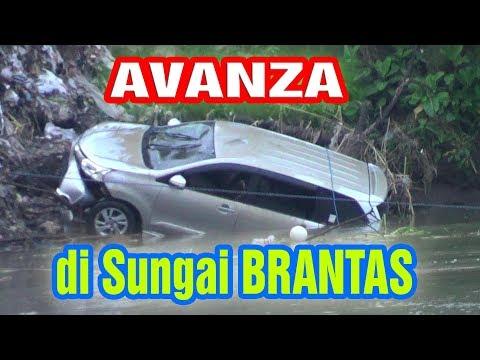 Detik Detik Pengangkatan Mobil Avanza  Di Sungai Brantas Ngunut Tulungagung