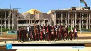 طلاب جامعة بنغازي يحتفلون بتخرجهم وسط الدمار