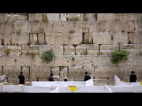 شاهد: اليهود المتشددون يقيمون الصلوات في حائط البراق وسط مخاوف تفشي كورنا…