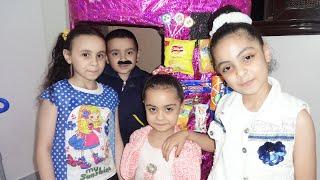 مريومة تبيع في ماكينة الحلويات مع أصدقاءها!!