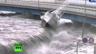 Japan 日本津波と地震 -- Tsunami (3/11/11) Spilling Over Seawall, Smashing Boats, Cars, etc.