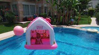 Hello kitty evi Havuzda , eğlenceli çocuk videosu