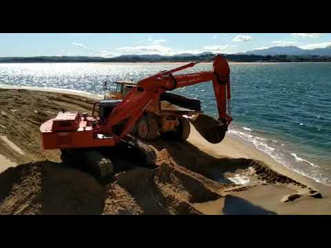 Comienza el trasvase de arena desde el Museo Marítimo hasta la playa de La Magdalena