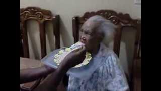 Serge, 56, feeding mother, 95, against Alzheimer.