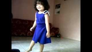 baby girl dancing BOLE CHUDIYAN