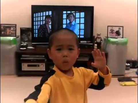 Малыш смотрит фильм Игра смерти и копирует Брюса Ли