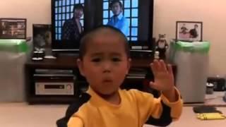 """Малыш смотрит фильм """"Игра смерти"""" и копирует Брюса Ли"""