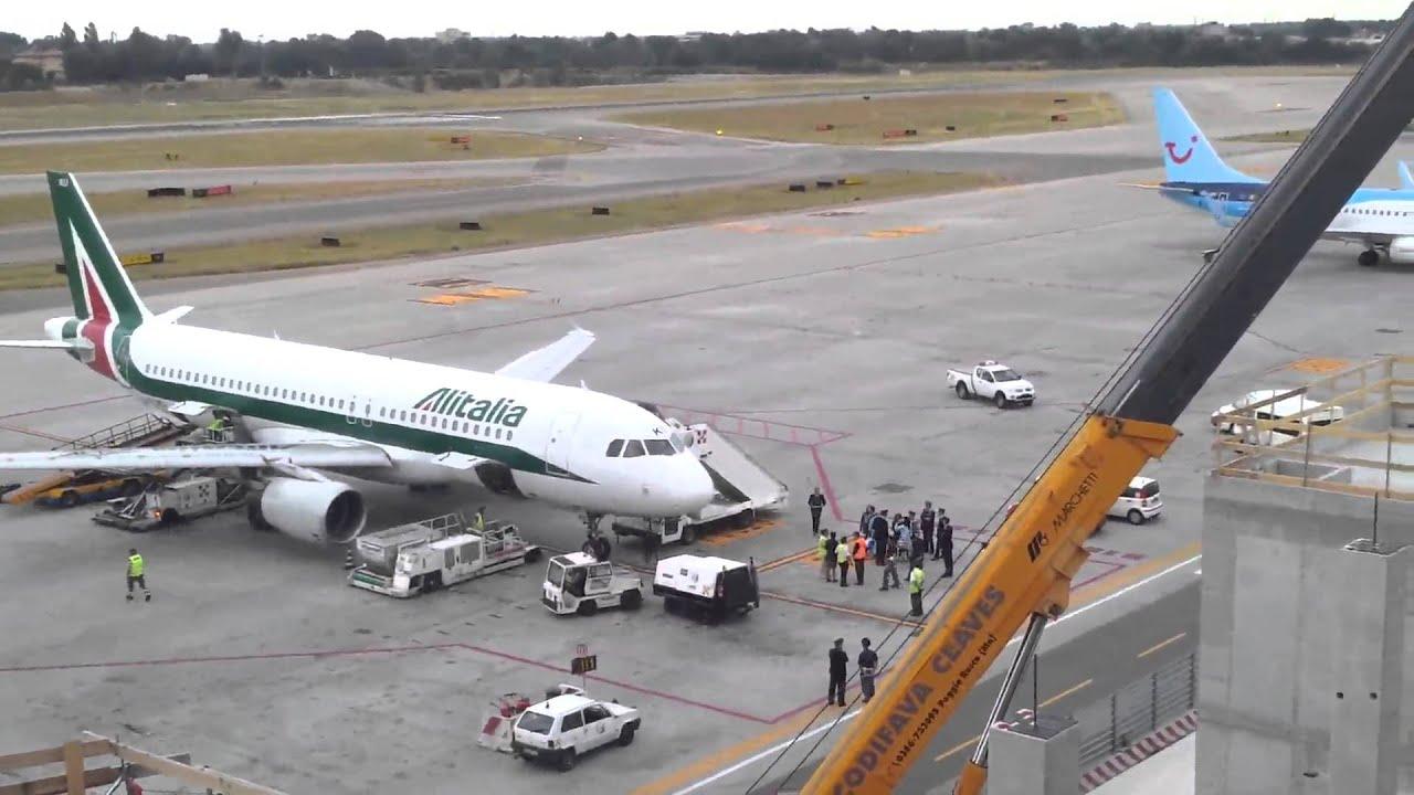 Jet Privato Bologna : Bologna italia novembre aeroplano wizzair jet aeroporto