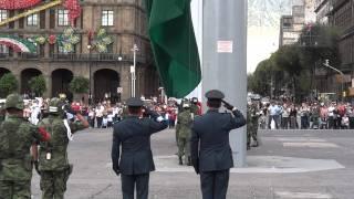 Los soldados mexicanos arriando la bandera (Zócalo, DF)