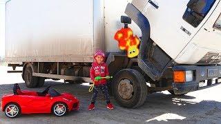 ट्रक टूट गया है- बिजली के पहियों वाली कार पर डीमा ट्रक की मरम्मत करता है