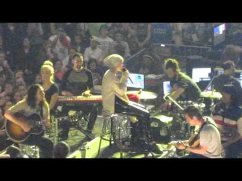 Miley Cyrus - Landslide Fleetwood Mac COVER Crying Boston 4/2/14