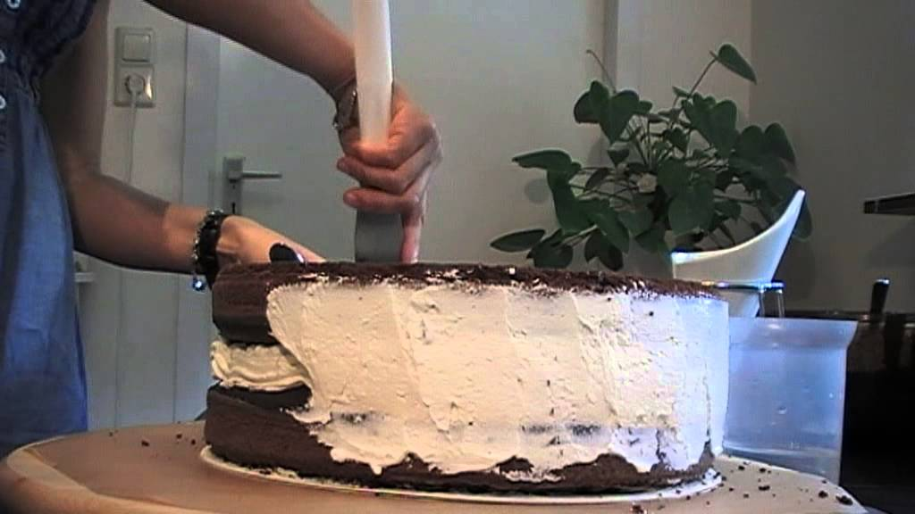 Como rellenar y cubrir una torta con butter cream youtube for Como aislar una pared del ruido
