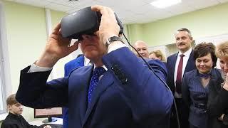 Валерий Радаев знакомится с виртуальным птеродактилем