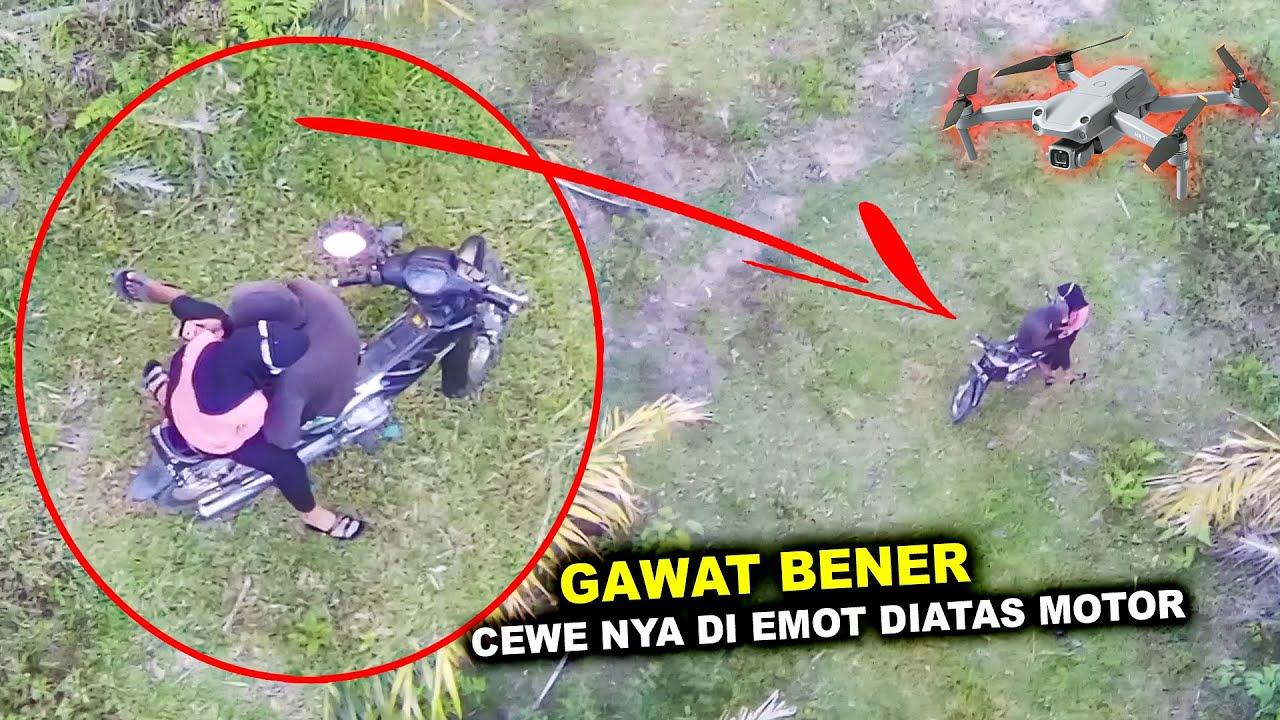 Download DI EMOT DI ATAS MOTOR   Terekam Drone   Bocil Berkembang Biak Sembarangan Di Kebun Sawit