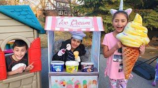 Heidi e Zidane brincando de mercadinho de sorvete de brinquedo