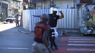 Policía dirige el tráfico bailando en Brasil