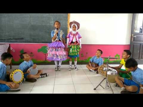 Lagu cinta lingkungan SDN Keroncong 1 dengan kreasi baju limbah