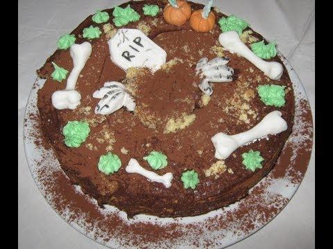 torta per halloween con decorazioni in pasta di zucchero e