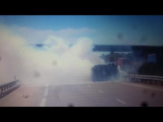 Furgoneta volcada y ardiendo en la A-62 en Parada de Rubiales (Salamanca)
