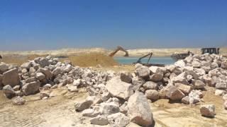قناة السويس الجديدة : تلال الحجارة على جانبي قناة السويس الجديدة والهدف منها