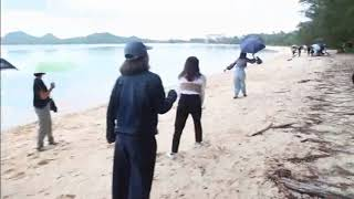 小雨の底地ビーチに賑わい 兵庫高校の修学旅行生徒