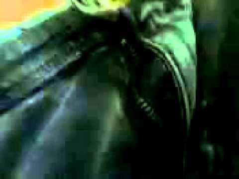 Thanh niên nhậu sỉn quên kéo khóa quần bị quay lén